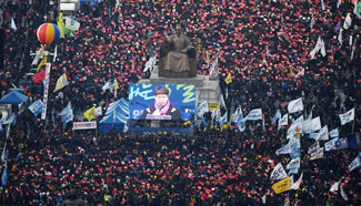 Supporters, opponents of S. Korean President Park rally respectively