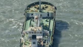 Somali pirates release hijacked oil tanker, hostages