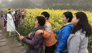 People enjoy spring across China