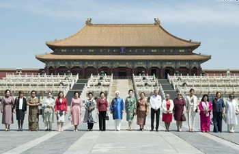 Peng Liyuan poses for group photo with spouses of foreign delegation heads at Palace Museum