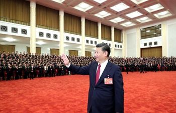 How do more than 2,700 people take group photo with Xi?