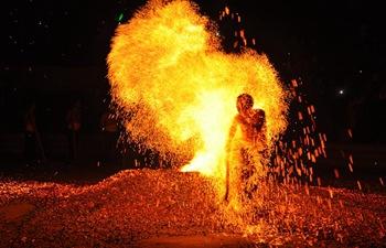 Folk performance in E China: walking through sparkles
