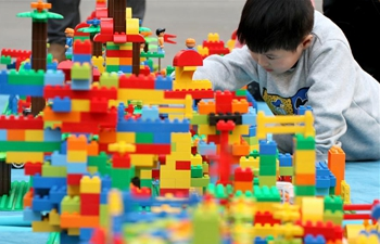 Creative contest on piling up building blocks held in E China's Shandong