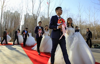 Newly-weds hold group wedding in NW China