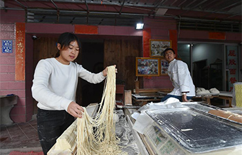 Pic story: 4th generation successor of noodle shop in SE China's Fujian