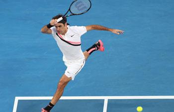 Federer advances at Australian Open