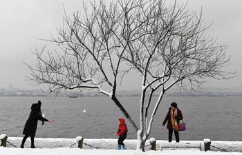 Snow-covered West Lake draws visitors in Hangzhou