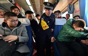 Policeman on train introduces anti-theft knowledge to passengers
