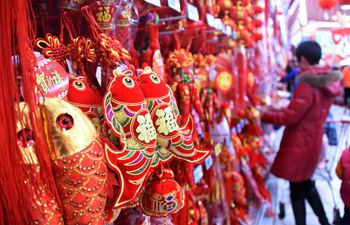 People select decorations for Spring Festival in E China's Qingdao