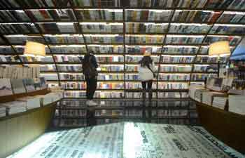 People enjoy reading during Spring Festival holiday