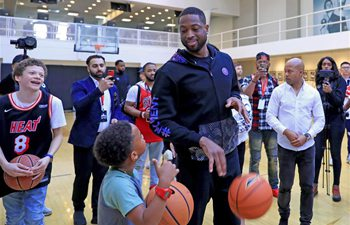 Dwyane Wade coaches children to learn shooting in LA during NBA All-Star weekend