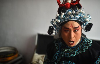 Folk artists perform Qinqiang Opera for villagers in NW China