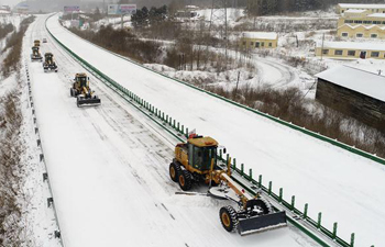 Snow removal trucks dispatched to sweep snow covered on expressway in NE China