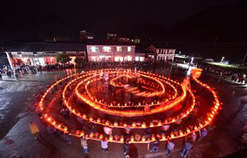 Villagers perform dragon lantern dance in E China's Zhejiang