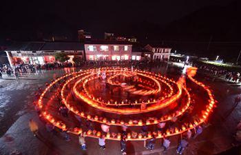 Villagers perform dragon lantern dance in E China's Zhejiang