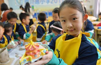 Pupils make earthenware works in Qingdao, east China
