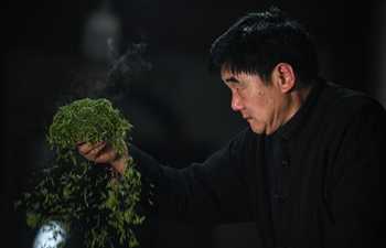Pic story: tea craftsmen Yan Jielong and his son Yan Bin