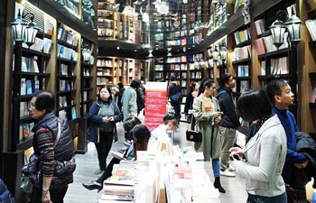 Many people spend Qingming Festival holiday at bookstore in Shanghai