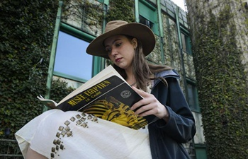 People enjoy reading to greet World Book Day