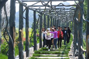 Folk performance promotes village tourism in China's Zhejiang