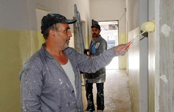 Syrian volunteers help restore school in Damascus