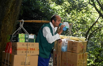 Pic story: heaver working at Huangshan Mountain scenic area