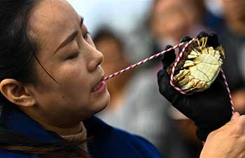 Crab binding contest held in east China's Jiangsu