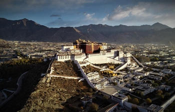 Golden roofs of Potala Palace shine in glory after renovation