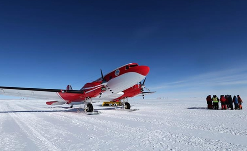 China's fixed-wing aircraft for polar flight lands at Kunlun Station