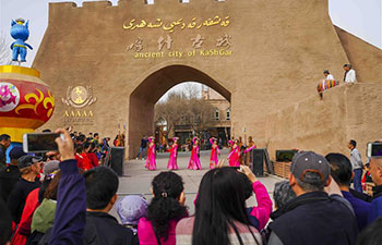 Spring scenery in Xinjiang attracts tourists