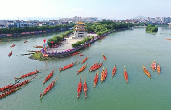 Dragon boat race held in C China's Hunan to celebrate upcoming Dragon Boat Festival