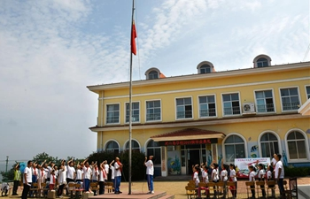 Island schooll holds graduation ceremony for students in Qingdao