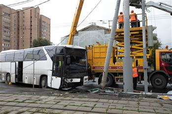 Bus crashes into traffic signal pole in Moscow