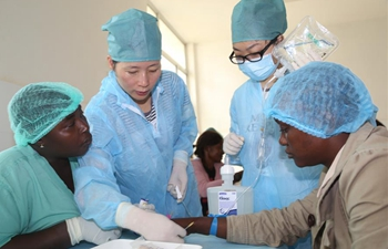 Chinese doctors provide free medical services in Africa