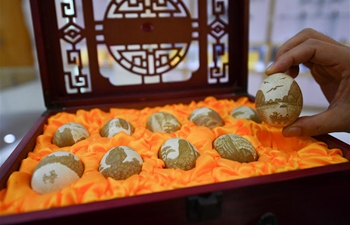 "Inheritor of intangible cultural heritage devoted to ""Le'an egg carving"""