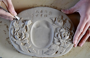 Pic story of 7th generation inheritor of Yellow River Chengni inkstone making
