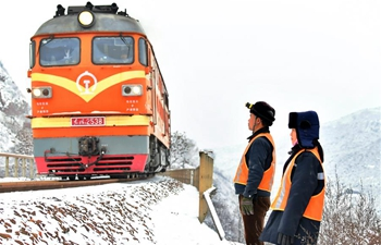 Pic story: couple dedicated to railway maintenance in north China's Shanxi