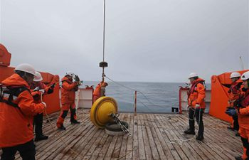 China's 36th Antarctic expedition team put two buoys into ocean