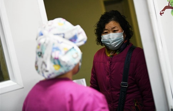 Medical workers, volunteers make protective masks in Xi'an