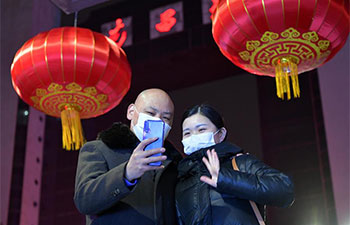 Pic story: couple working at Nanchang Railway Station