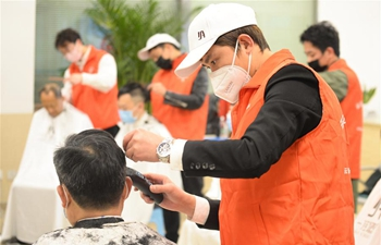 Volunteer barbers provide haircut service for medical workers in Chengdu