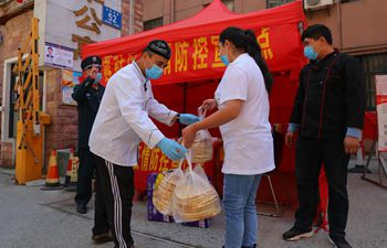 """Restaurateur donates 1000 """"Nang"""" to support community workers in Anhui"""