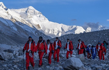 Chinese surveying team descends to Mt. Qomolangma base camp