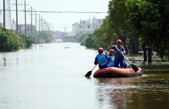 Residents evacuate as embankment of river breached in Yongxiu County, E China's Jiangxi