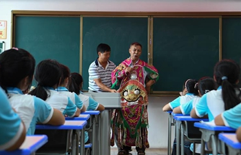 Middle school invites artists of Dong Opera to instruct students in Guizhou