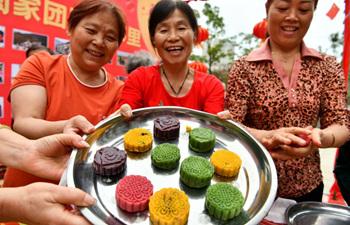People make mooncakes in community in Hefei