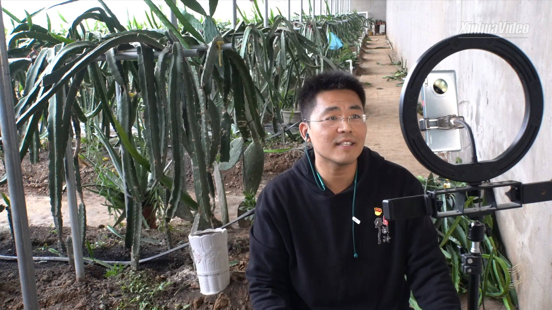 Poverty alleviation official in Henan, China helps villagers get wealthy via livestreaming
