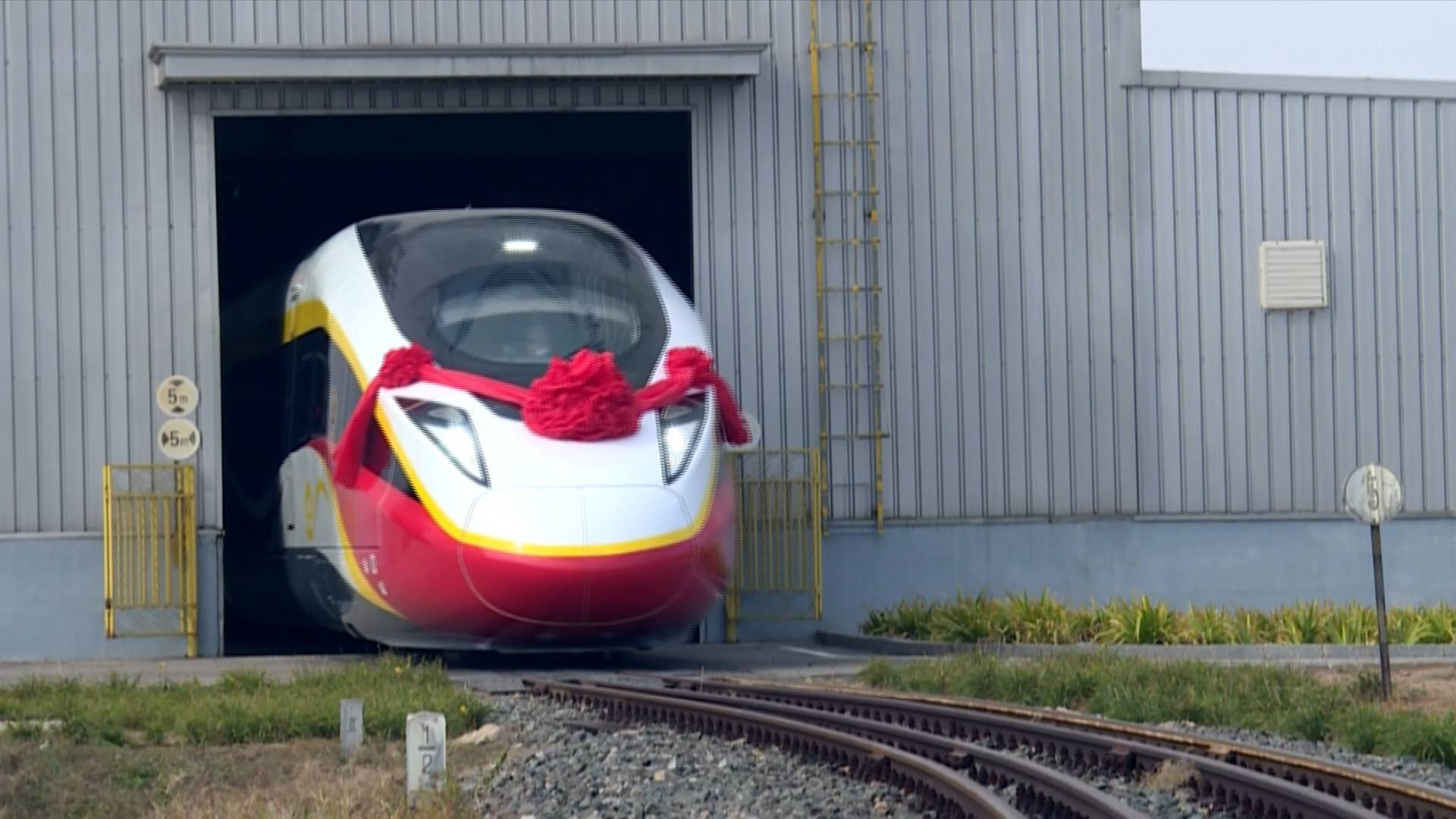 Chinese-made new high-speed train to make int'l rail travel more convenient