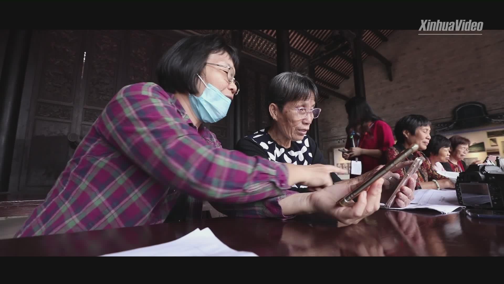Social workers help elderly adapt to digital life