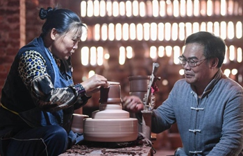 Pic story of inheritor of firing technique of Nixing pottery